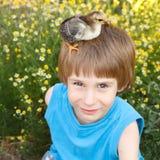 El muchacho lindo con chiken en su summerr principal de la naturaleza Fotos de archivo libres de regalías