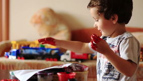 El muchacho lindo deja sus huellas dactilares en el papel almacen de metraje de vídeo