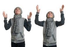 El muchacho lindo del adolescente en suéter gris sobre blanco aisló el fondo Imagenes de archivo