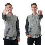 El muchacho lindo del adolescente en suéter gris sobre blanco aisló el fondo Foto de archivo libre de regalías