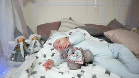 El muchacho lindo del sueño dulce, niño que abraza un juguete mientras que duerme, pequeño niño duerme, bebé que miente en la cam almacen de video