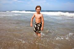 El muchacho lindo se divierte en el tempestuoso Fotos de archivo libres de regalías