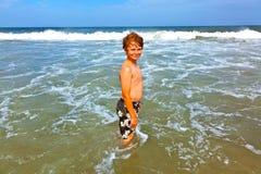 El muchacho lindo se divierte en el tempestuoso Fotografía de archivo