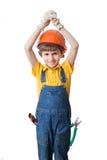 El muchacho lleva el casco de protección y lleva a cabo las manos sobre la cabeza Foto de archivo libre de regalías