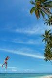 El muchacho local que balancea en un oscilación de la cuerda en el pueblo de Lavena, Taveuni es Imágenes de archivo libres de regalías