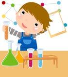el muchacho mezcla los productos químicos en un laboratorio. Imagen de archivo libre de regalías