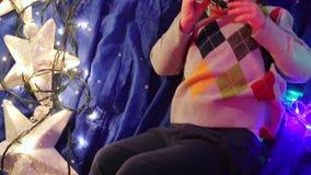 El muchacho miente en un paño azul, la cámara pasa de la parte inferior al top almacen de video