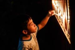 El muchacho mira al trasluz el detalle del primer aislado Fotos de archivo libres de regalías