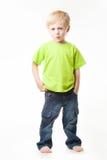 El muchacho mira derecho, calma Foto de archivo