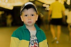 El muchacho mira la leva Fotos de archivo