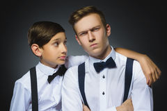 El muchacho mira questioningly el adolescente o el hermano sin afecto Fotografía de archivo libre de regalías