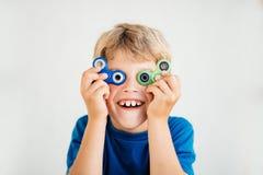 El muchacho mira a través de hilandero Imagen de archivo libre de regalías