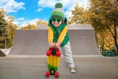 El muchacho monta su monopatín en el parque del patín Deportes extremos fotos de archivo libres de regalías