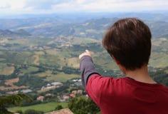 El muchacho muestra el paisaje hermoso del Apennines en Italia Imagen de archivo