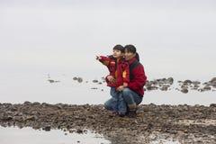 El muchacho muestra a su madre algo. Fotografía de archivo libre de regalías