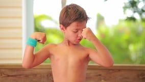 El muchacho muestra sus músculos metrajes