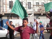 El muchacho musulmán africano sostiene la bandera en Nairobi Foto de archivo libre de regalías