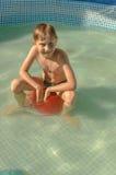 El muchacho nada en la piscina fotos de archivo
