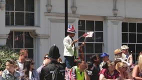 El muchacho negro de la pertenencia étnica en hombros aumentó bastantes para ver la boda real