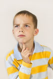 El muchacho piensa. Foto de archivo