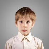 El muchacho poco sistema atractivo emocional hace caras Imágenes de archivo libres de regalías