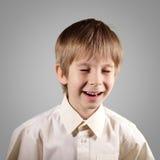 El muchacho poco sistema atractivo emocional hace caras Fotos de archivo