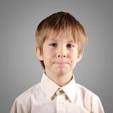 El muchacho poco sistema atractivo emocional hace caras Foto de archivo