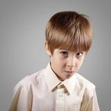 El muchacho poco sistema atractivo emocional hace caras Imagen de archivo