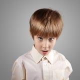 El muchacho poco sistema atractivo emocional hace caras Fotografía de archivo