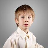 El muchacho poco sistema atractivo emocional hace caras Foto de archivo libre de regalías