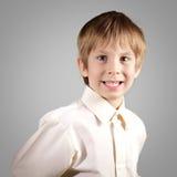 El muchacho poco sistema atractivo emocional hace caras Imagen de archivo libre de regalías