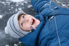 El muchacho poco tiene invierno de la diversión al aire libre en patinar-pista fotos de archivo