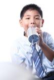 El muchacho precioso escucha teléfono de la lata Imagenes de archivo