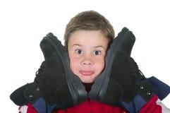 El muchacho presiona cargadores del programa inicial a la persona Imagen de archivo libre de regalías