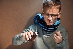 El muchacho que 10 años estaban enfermos él no quiso beber el jarabe amargo Foto de archivo
