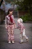 El muchacho que abraza a la hermana linda y mira para arriba Fotos de archivo libres de regalías