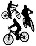 El muchacho que conduce en una bicicleta Stock de ilustración