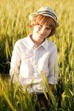 El muchacho que desgasta un sombrero se coloca Fotos de archivo libres de regalías