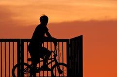 El muchacho que juega trucos de la bicicleta Imagen de archivo