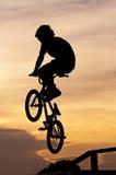 El muchacho que juega trucos de la bicicleta Imagenes de archivo