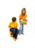 El muchacho que lee un eBook, muchacha guarda algunos libros Imágenes de archivo libres de regalías