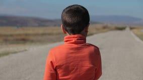 El muchacho que mira el camino a las montañas y come la piruleta metrajes
