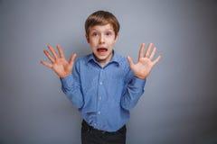 El muchacho que mostraba sus manos jadeó las emociones Foto de archivo libre de regalías