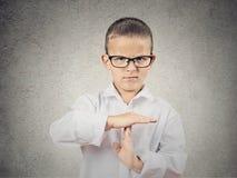 El muchacho que muestra tiempo hacia fuera gesticula con las manos Fotografía de archivo libre de regalías