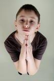 El muchacho que ruega imagen de archivo libre de regalías