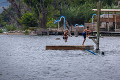 El muchacho que salta en las aguas del lago Atitlan del embarcadero de San Marcos la Laguna - San Marcos La Laguna, lago Atitlan, Foto de archivo