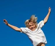 El muchacho que salta en un trampolín Foto de archivo libre de regalías