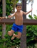 El muchacho que salta en una piscina Imagen de archivo