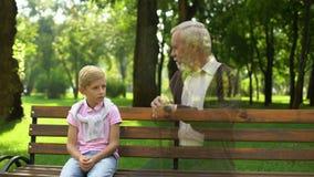 El muchacho recuerda al abuelo muerto, mirando su fantasma en banco, soledad y tristeza almacen de video