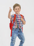 El muchacho rubio saluda con el pulgar para arriba Imagen de archivo libre de regalías